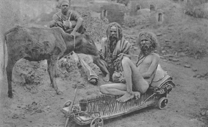 Йог, сидящий на иглах. Индия, конец XIX-начало XX века.