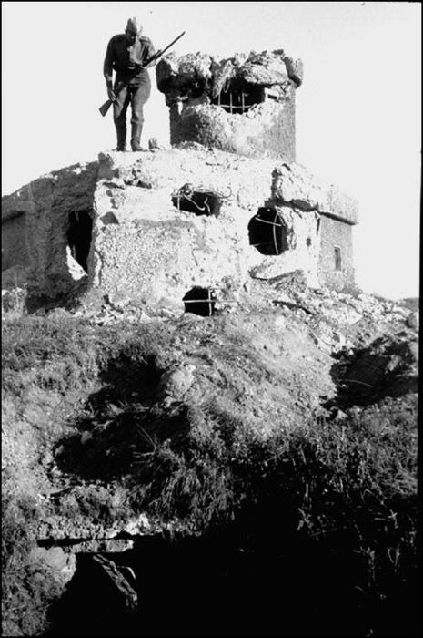 Разрушенный японский дот Хайларского укрепленного района японцев. Забайкалье, 1945 год.