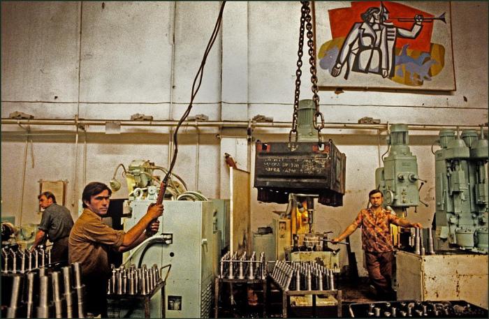 На заводе «Стройгидравлика», производящем двигатели для кранов и экскаваторов.