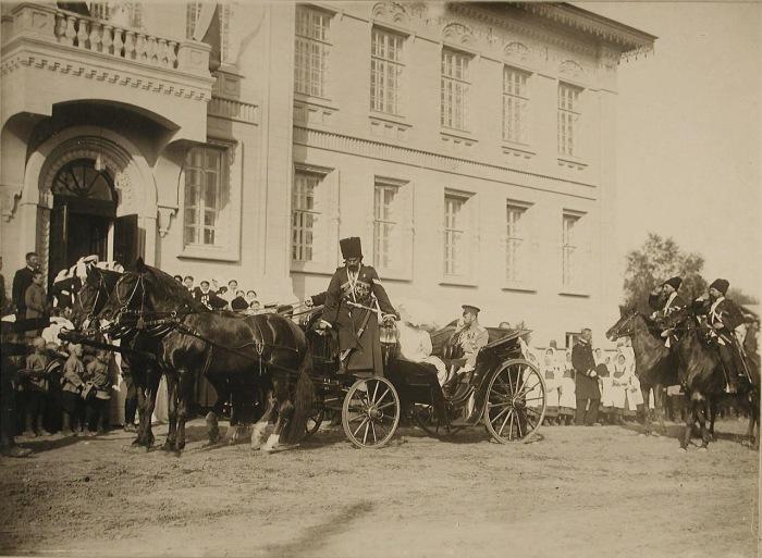 Император Николай II и императрица Александра Федоровна в экипаже.