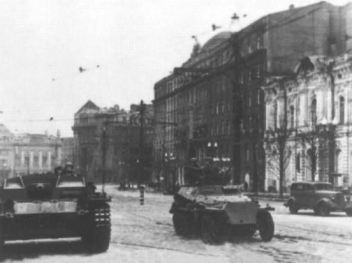 Гитлеровские самоходные орудия на одной из улиц города Харькова в 1941 году.