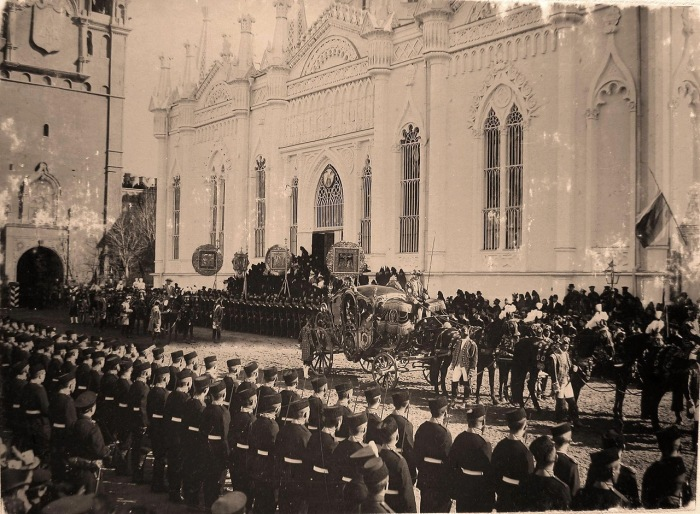 Коронационный кортеж у церкви Св.Екатерины Вознесенского монастыря в Кремле.