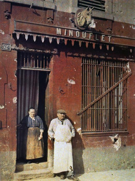 Супружеская пара у дверей своего магазина. Франция, Реймс, 1917 год.