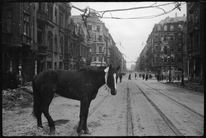Одна из улиц Берлина разрушенная во время бомбардировки города союзниками. Германия, Апрель, 1945 год.