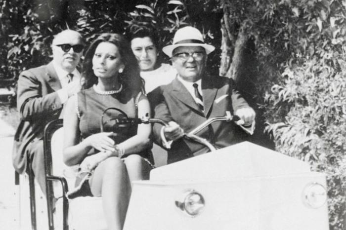 Президент Югославии Броз Тито везет Софи Лорен, 1969 год.