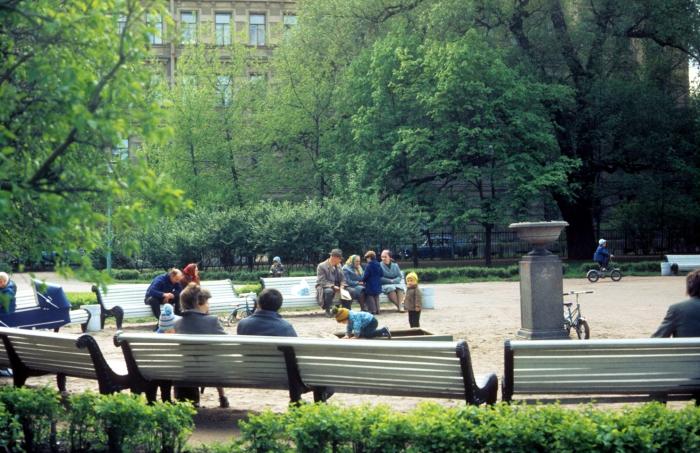 Люди, отдыхающие в парке возле Смольного института благородных девиц. СССР, Ленинград, 1977 год.