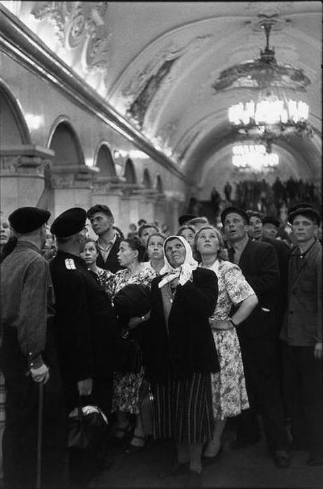 Колхозники на экскурсии в метро. СССР, Москва, 1954 год.