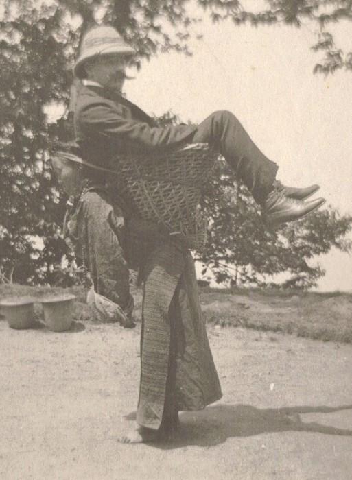 Колонизатор-купец использует местную женщину в качестве транспорта. Бенгалия, Британская Индия, 1903 год.