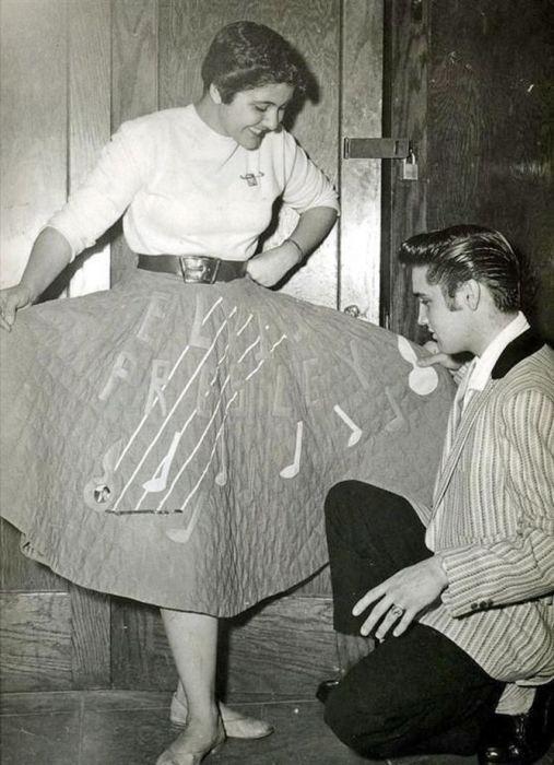 Элвис с фанаткой в 1956 году.