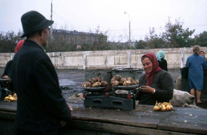 Женщина, торгующая картофелем на рынке. СССР, Новосибирск, 1969 год.
