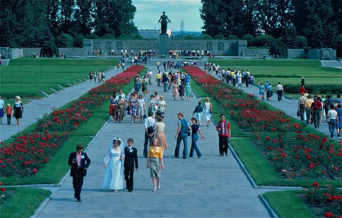 Люди на Пискарёвском мемориальном кладбище. СССР, Ленинград, 1981 год.