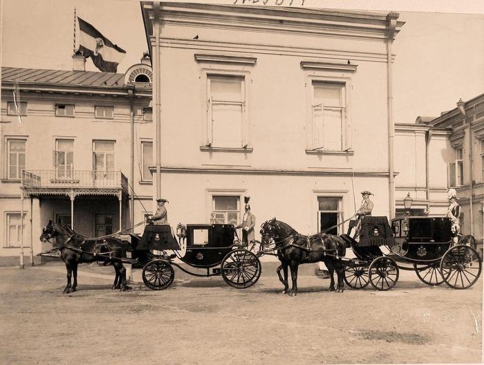 Кареты, запряженные парами лошадей, с кучерами и форейторами, подготовленные для участников торжественной коронации, на территории Кремля.