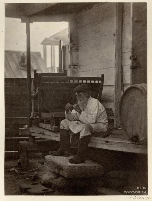 Казак, продающий цимлянское вино. 1875-1876 год.