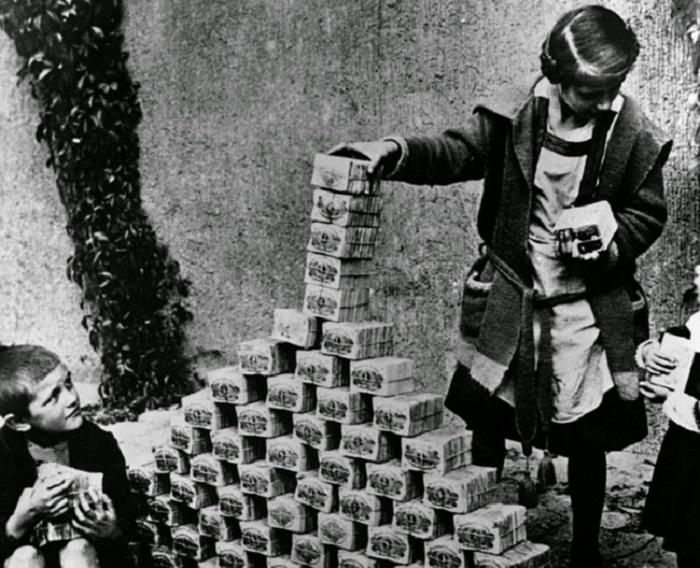 Дети играют с пачками денег в 1922 году.