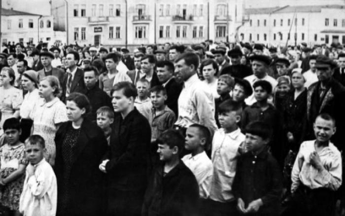 Жители Владивостока слушают по радио сообщение о нападении Германии на СССР.