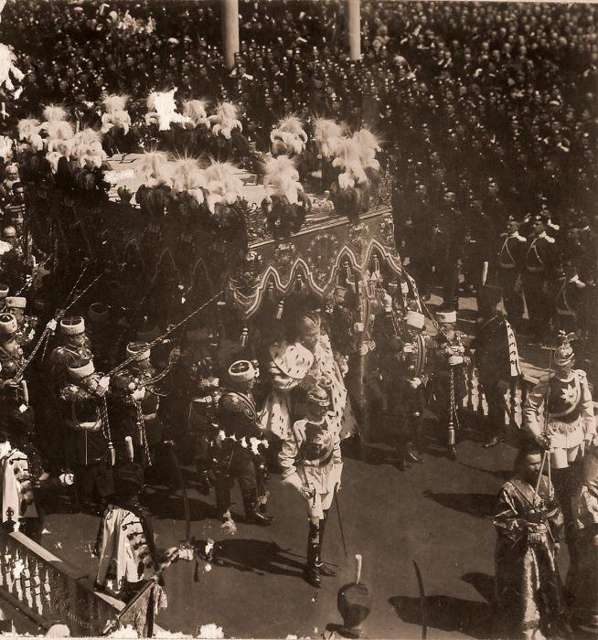 Торжественное шествие императора Николая II после окончании церемонии коронации в Успенском соборе Кремля.