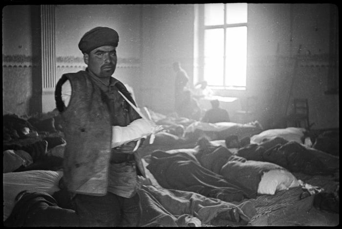 Раненый солдат в госпитале, где-то на окраине Берлина. Германия, Апрель, 1945 год.