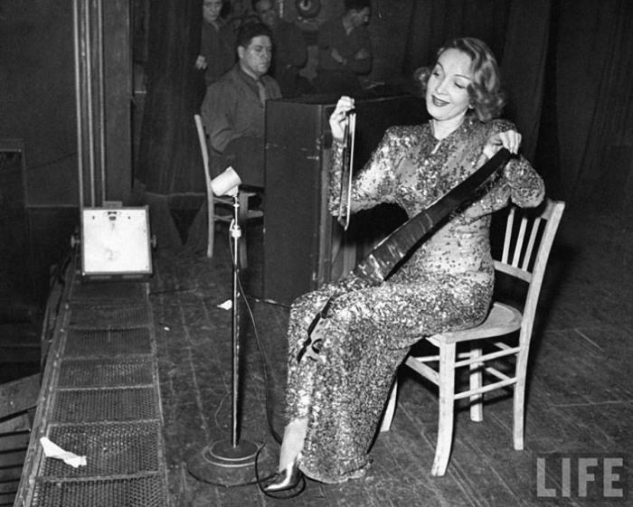 Актриса Марлен Дитрих играет на музыкальной пиле. Этот инструмент практически умер после Второй мировой войны, а актриса была одной из немногих, кто умел на ней играть.