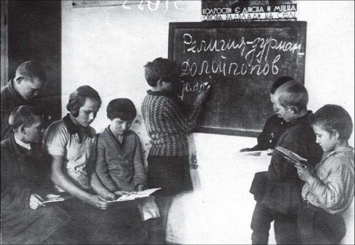 Юные члены коммуны «Соцсоревнование» готовят антирелигиозные лозунги к Пасхе. УССР, Харьковская область, Чугуев, апрель 1931 года.