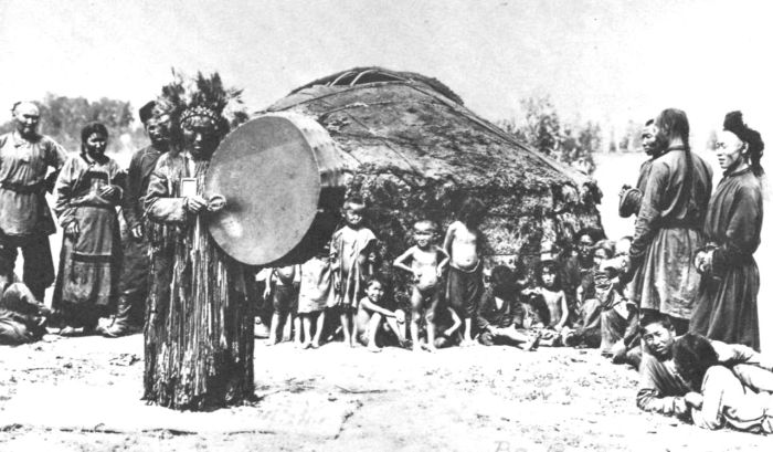 Тувинский шаман за работой. 1900 год.