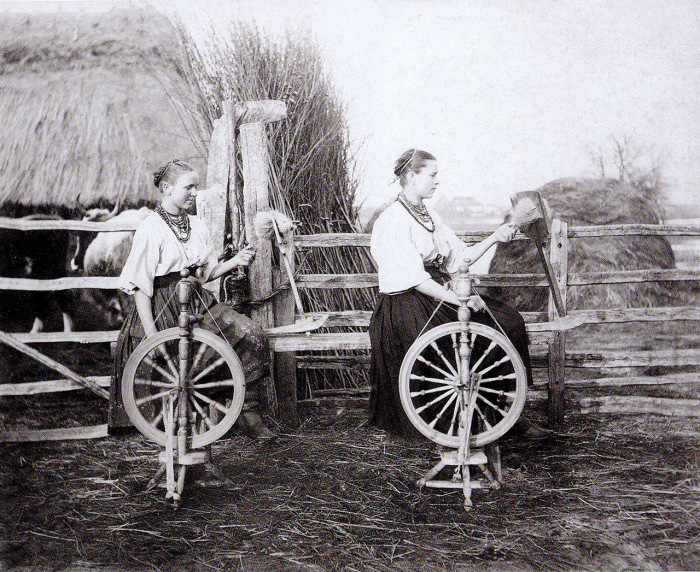 Молодые пряхи. Село Мордва, 1906 год.