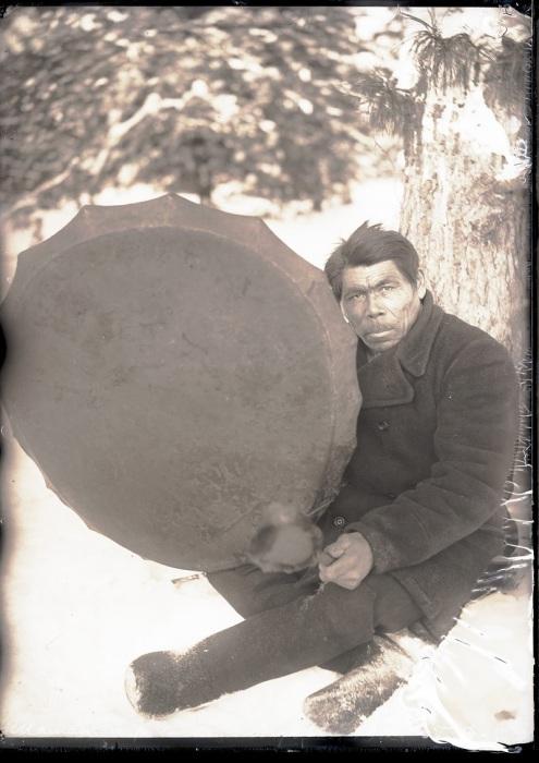 Шаман с бубном. Ханты-Мансийский автономный округ, Нижневартовский район, село Ларьяк, 1912 год.