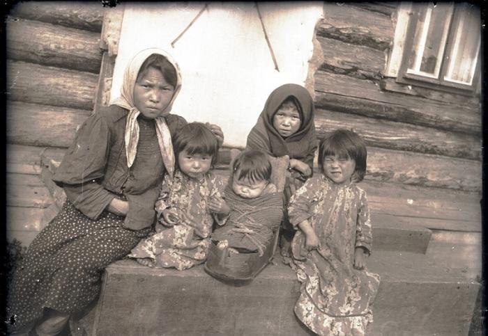 Дети инородцы - остяки возле дома. Ханты-Мансийский автономный округ, Нижневартовский район, село Ларьяк, 1912 год.