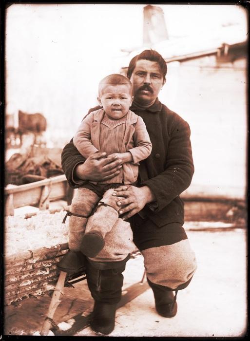 Русский с мальчиком инородцем. Ханты-Мансийский автономный округ, Нижневартовский район, село Ларьяк, 1912 год.