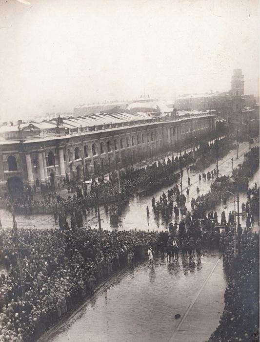 Похороны жертв революции на Невском проспекте. Петроград, 23 марта, 1917 года.