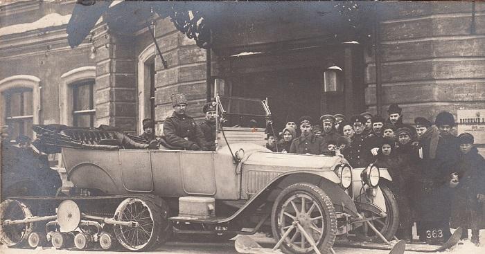 Два офицера в автомобиле-санях бывшего царя. Петроград, 1917 год.