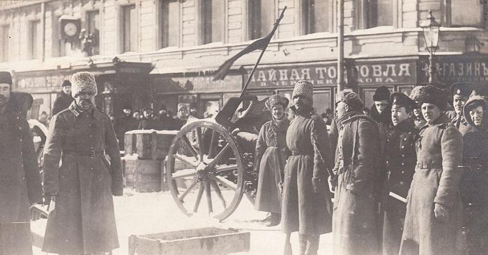 Солдаты и офицеры возле баррикад на Литейном проспекте. Петроград, 1917 год.