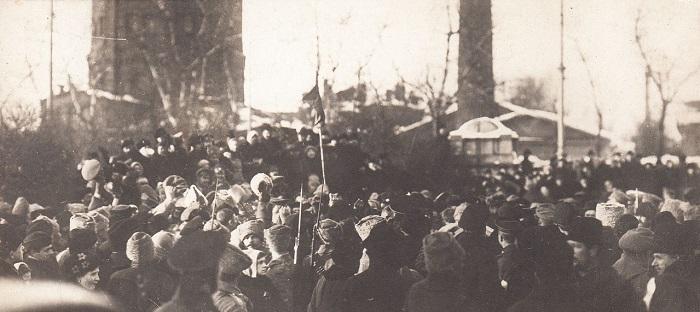 Большие толпы людей в центре Петрограда на Шпалерной улице. Петроград, 1917 год.