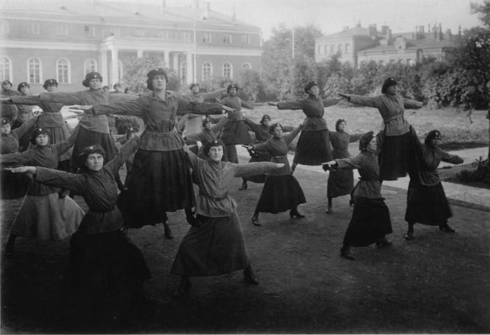 Женщины-милиционеры во время выполнения гимнастических упражнений. Москва, 1920-е годы.