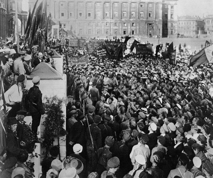 Ленин произносит речь на митинге в Петрограде.1920 год.