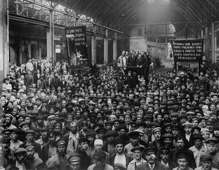 Собрание рабочих Путиловского завода. 1920 год.