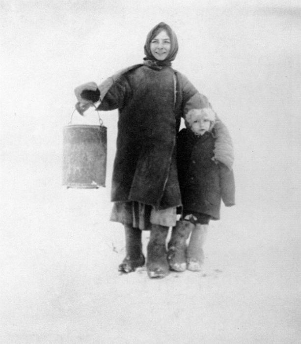 Женщина идущая за водой с ребенком. 1924 год.