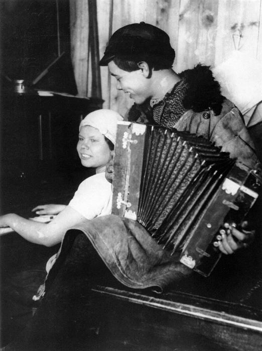 Сельский кружок. В красном уголке. 1928 год.