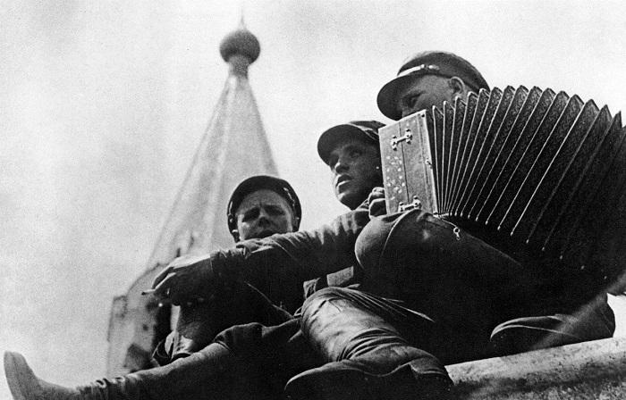 Красноармейцы играют на гармошке. 1928 год.