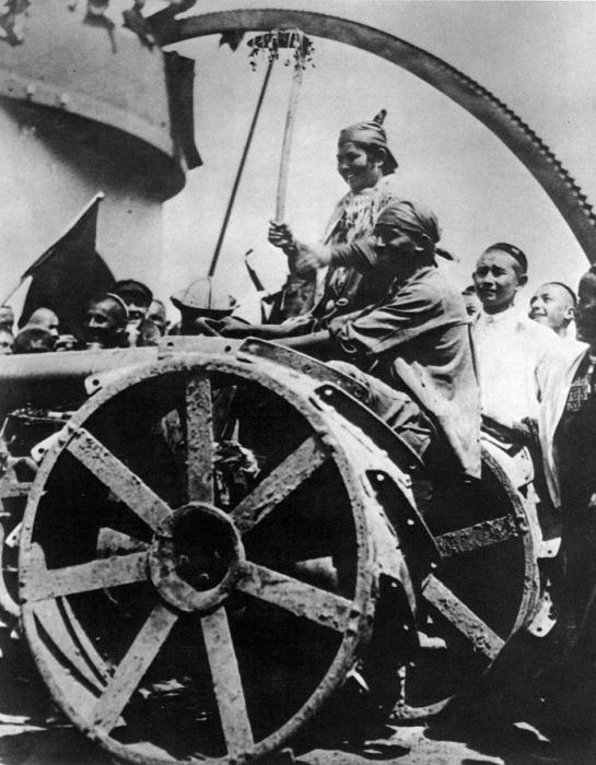Один из Первых советский трактор в Узбекистане. 1928 год.