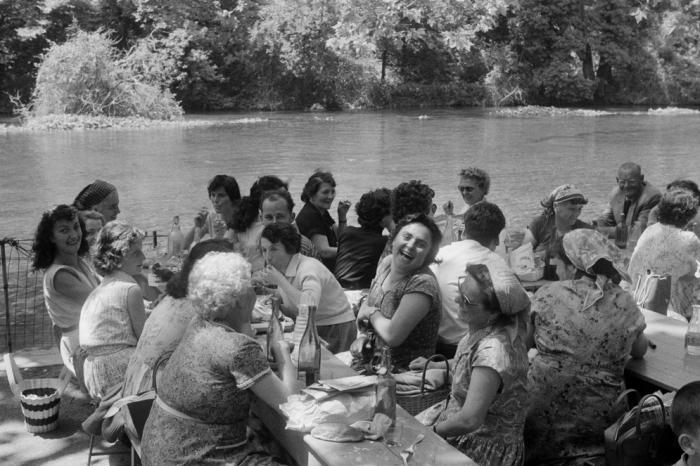 Большой пикник на берегу реки. Франция, 1956 год.