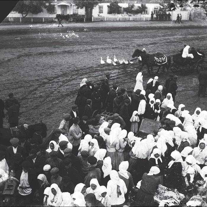 Собрание крестьян. Донецкой область, село Удачное, 1930 - 1933 года.