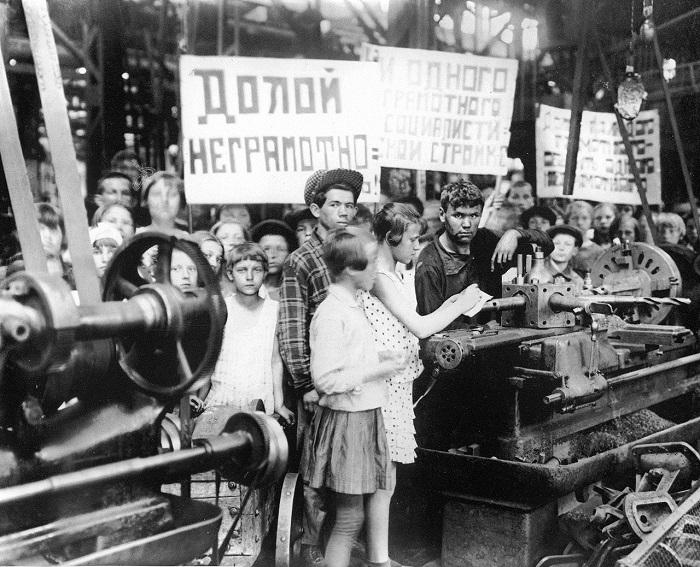 Группа учащихся школы на заводе, возле сверлильно-токарного станка. 1930 год.