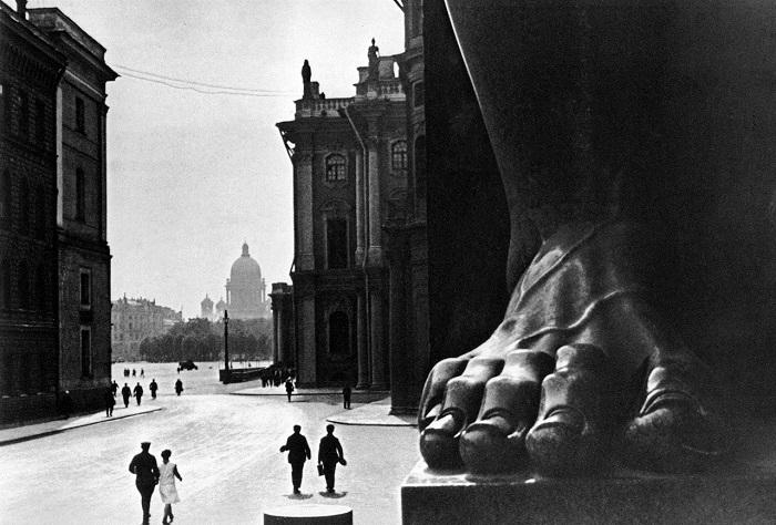 Статуя у Эрмитажа. Ленинград, 1930 год.