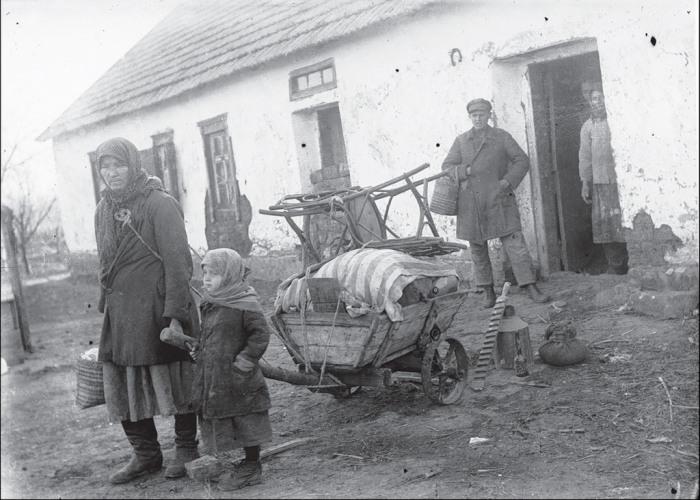 Пожилая женщина с ребенком. СССР, Украина, Донецкая область, 1930 год.
