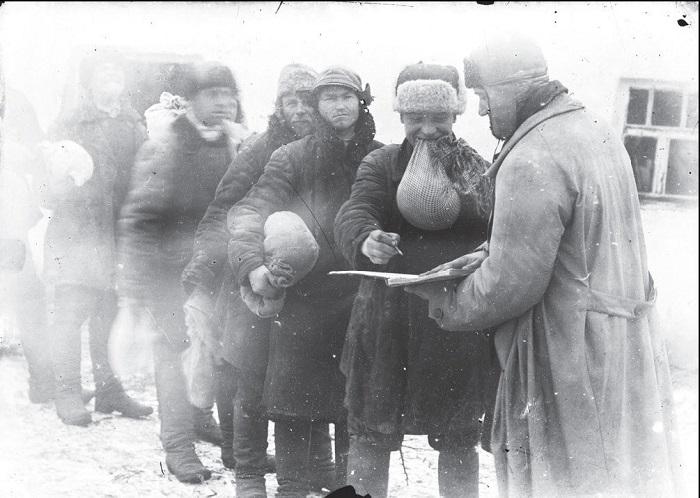 Сдача смены после работы. Донецкая область, 1930 год.