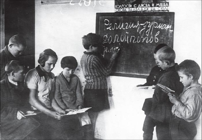 В одной из сельских школ. СССР, Украина, Харьковская область, 1931 год.