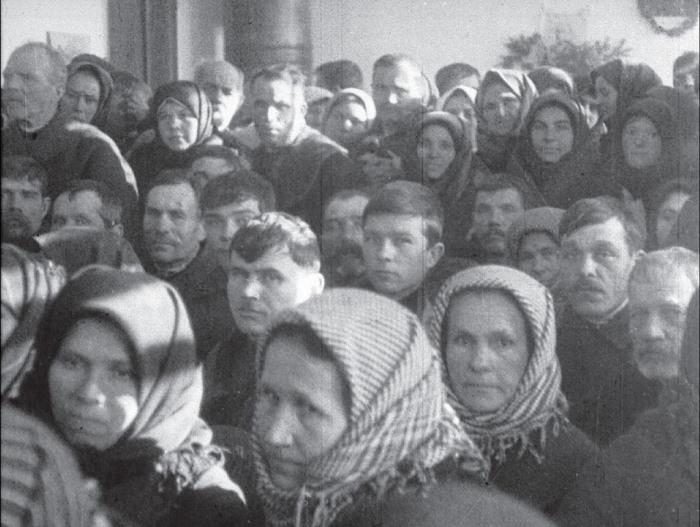 Местные жители на суде над перегибщиками. СССР, Украина, Винницкая область, село Якушинци, 1931 год.