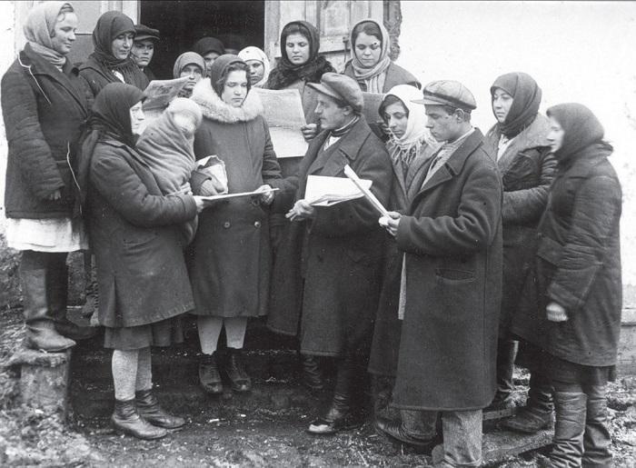Коллективное чтение сельской газеты. Харьковская область, 1932 год