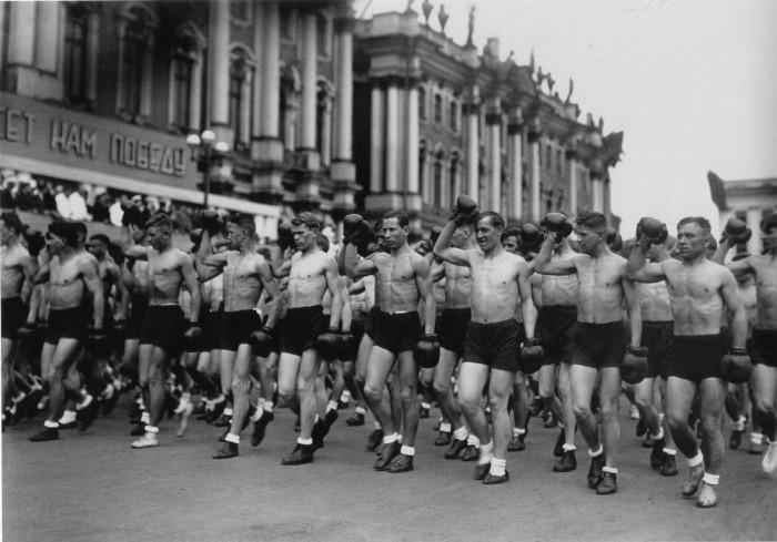 Колонна спортсменов на площади Урицкого в Ленинграде. 1933.