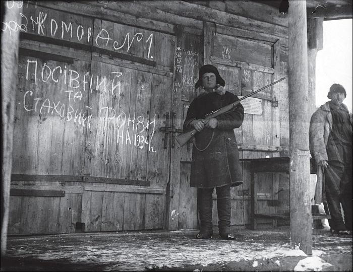 Продовольственный склад охраняемый сторожем. Харьковская область, 1933 год.